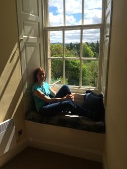Katarina fant fort yndlingsplassen sin i den lille sofaen i vinduskarmen :)