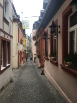Veldig koselige trange gater i Bernkastel-Kues