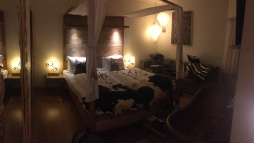 Fantastisk rom med himmelseng og badekar foran senga