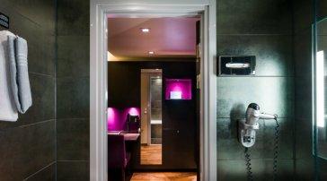 Superior-rom i mørke, lilla farger
