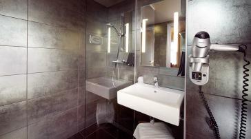 Komfortabelt bad, ikke veldig stort (Superior rom) men kjekt med separat toalett og dusj